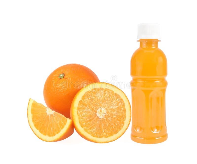 Orange frukt med orange fruktsaft i en flaska som isoleras på vit royaltyfri fotografi