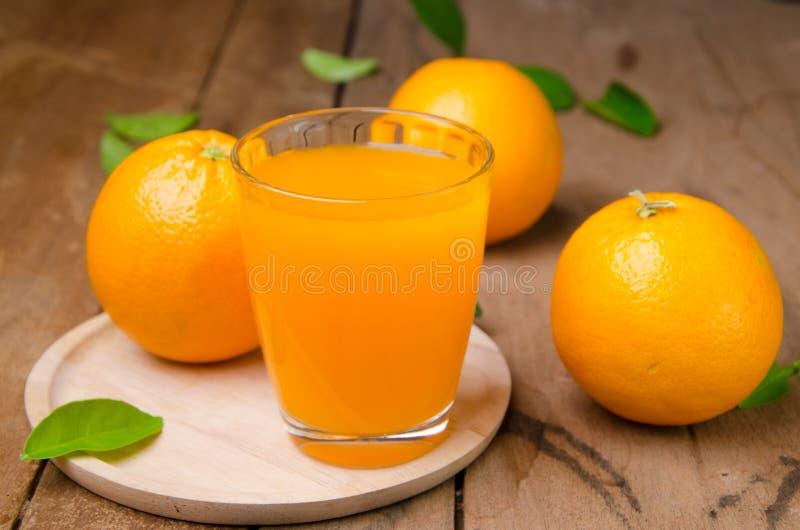 Orange frukt och fruktsaft fotografering för bildbyråer
