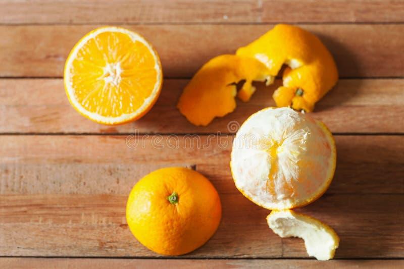 Orange frukt och skiva på trä royaltyfri fotografi
