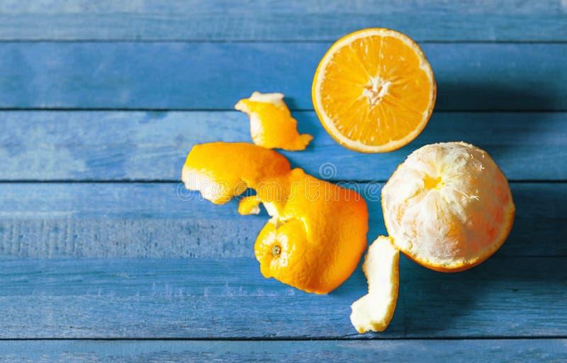 Orange frukt och skiva på trätappning royaltyfria foton