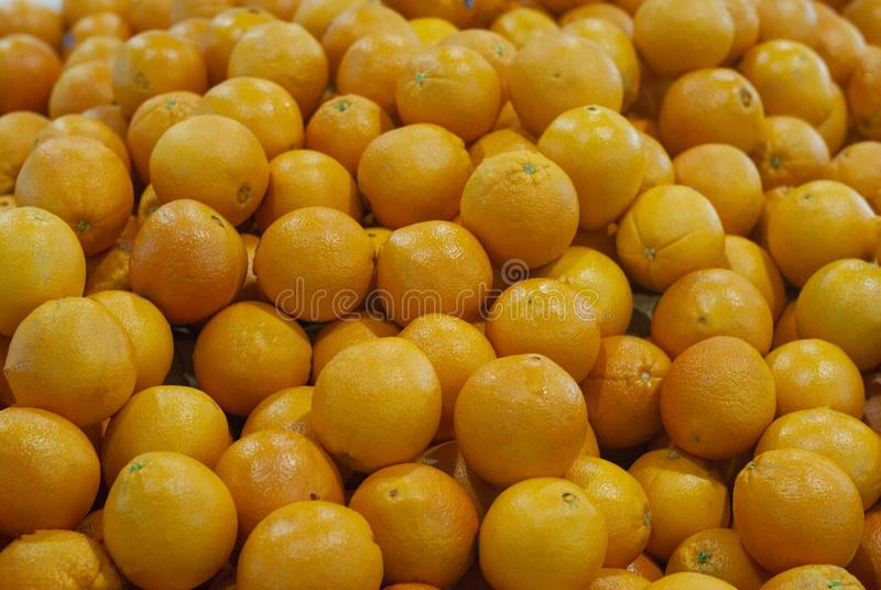 Orange frukt på ny marknad royaltyfri bild