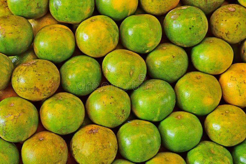 Orange frukt p? marknaden nya apelsiner ordnar till f?r att ?ta arkivbilder