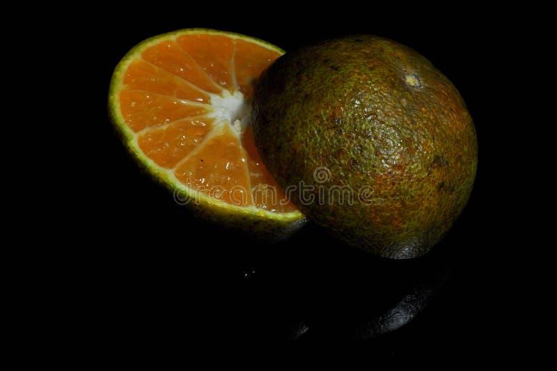 Orange frukt som isoleras p? svart bakgrund nytt sunt royaltyfri bild