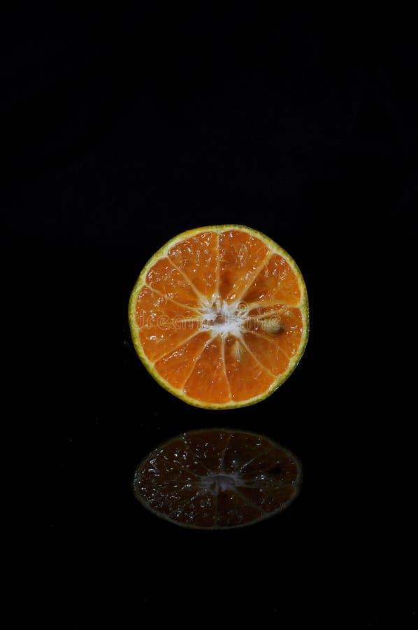 Orange frukt som isoleras p? svart bakgrund nytt sunt fotografering för bildbyråer