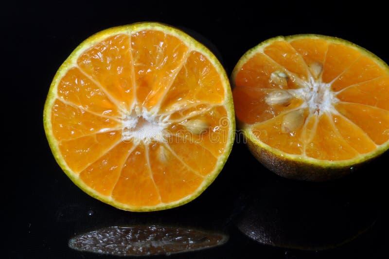 Orange frukt som isoleras p? svart bakgrund nytt sunt arkivfoton