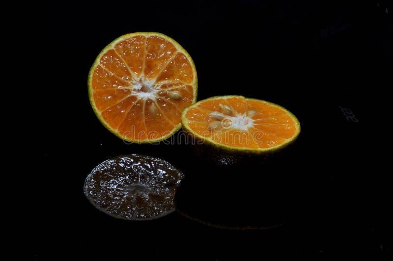 Orange frukt som isoleras p? svart bakgrund nytt sunt arkivfoto