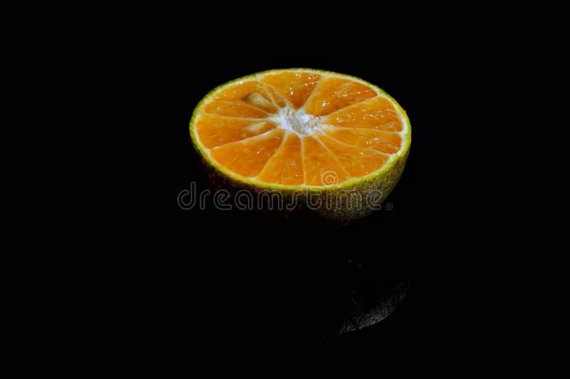 Orange frukt som isoleras p? svart bakgrund nytt sunt arkivbilder