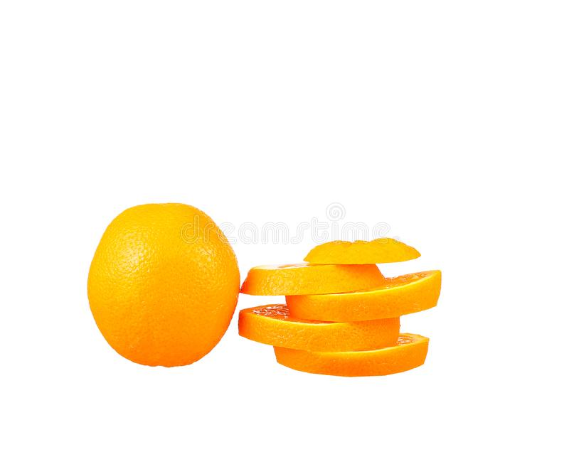 Orange frukthalva och två segment eller cantles som isoleras på vit bakgrund arkivbilder