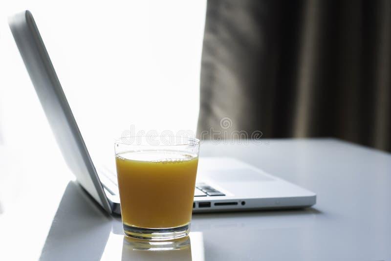 Orange fruktsaft för anteckningsbok royaltyfria foton