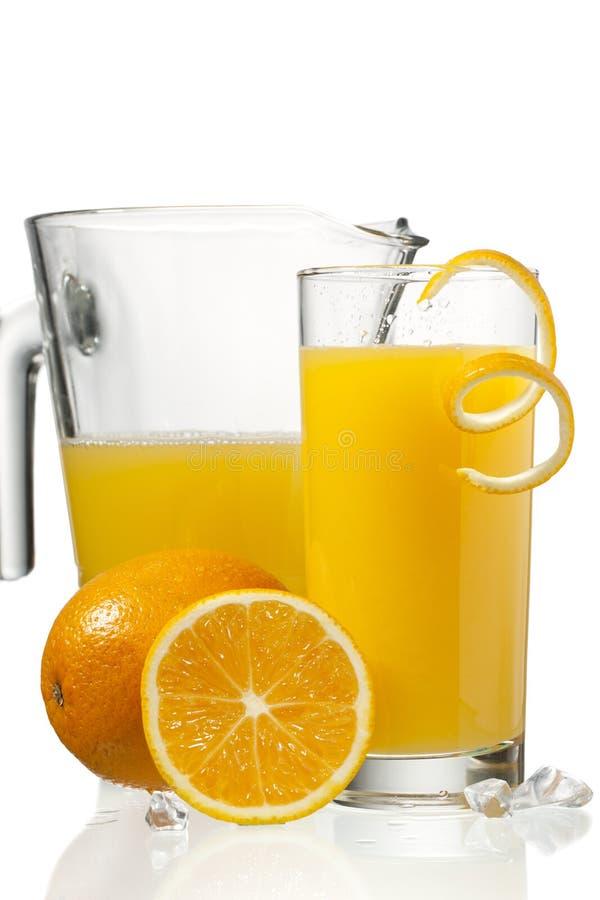 Orange fruktsaft i exponeringsglas royaltyfri foto