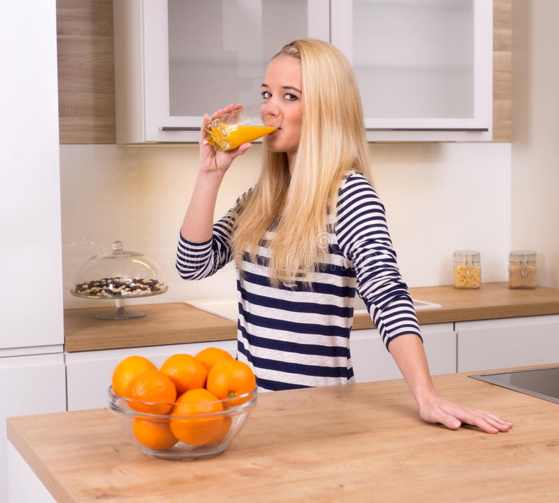 Orange fruktsaft i köket royaltyfri bild