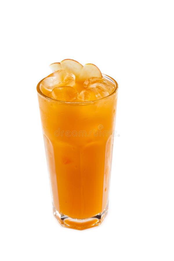 Orange fruktsaft med is i ett exponeringsglas på en isolerad vit bakgrund royaltyfria foton
