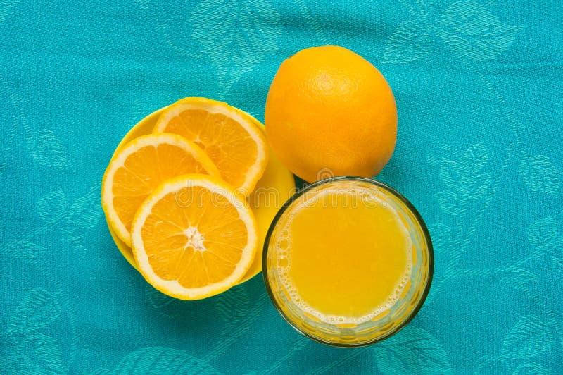 Orange fruktsaft med skivan och exponeringsglas royaltyfri foto