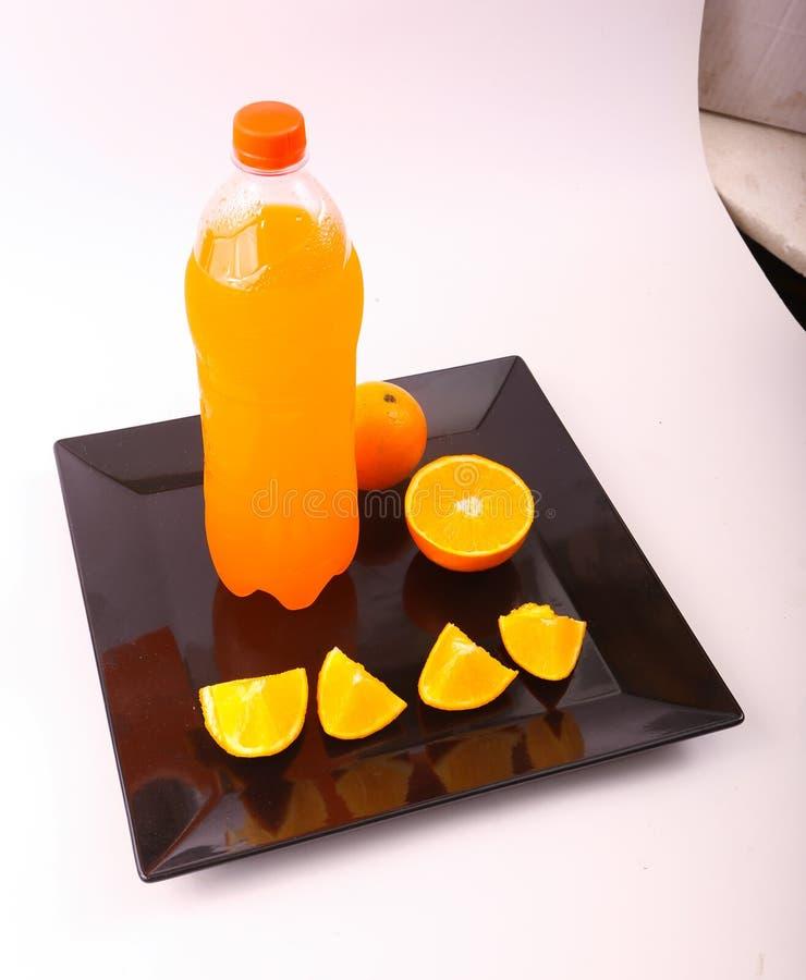 Orange fruktsaft med skivor av apelsinen arkivbild