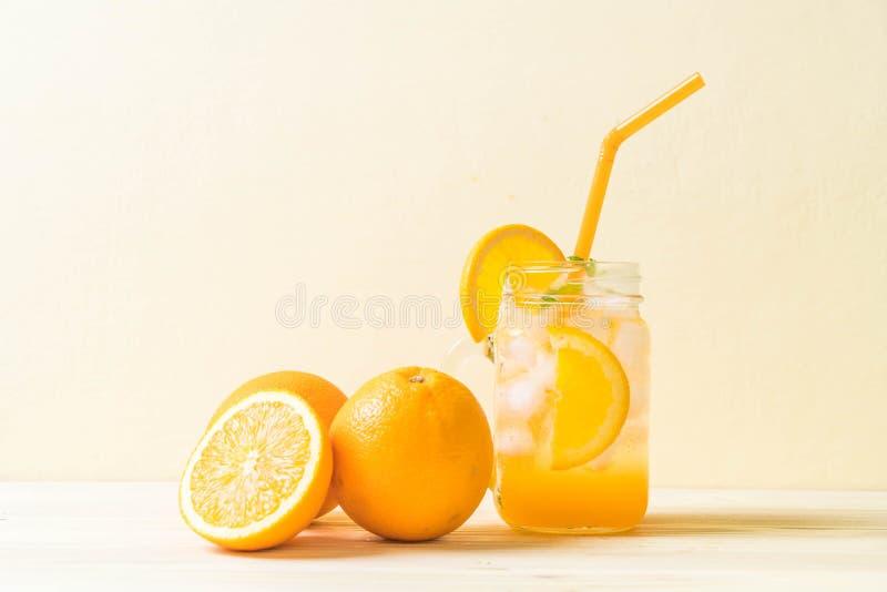 orange fruktsaft med sodavatten arkivbilder