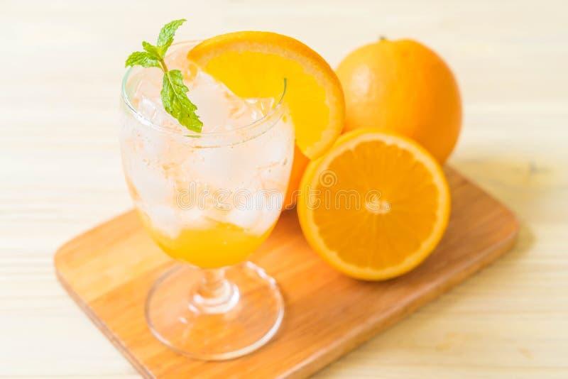 orange fruktsaft med sodavatten royaltyfri bild
