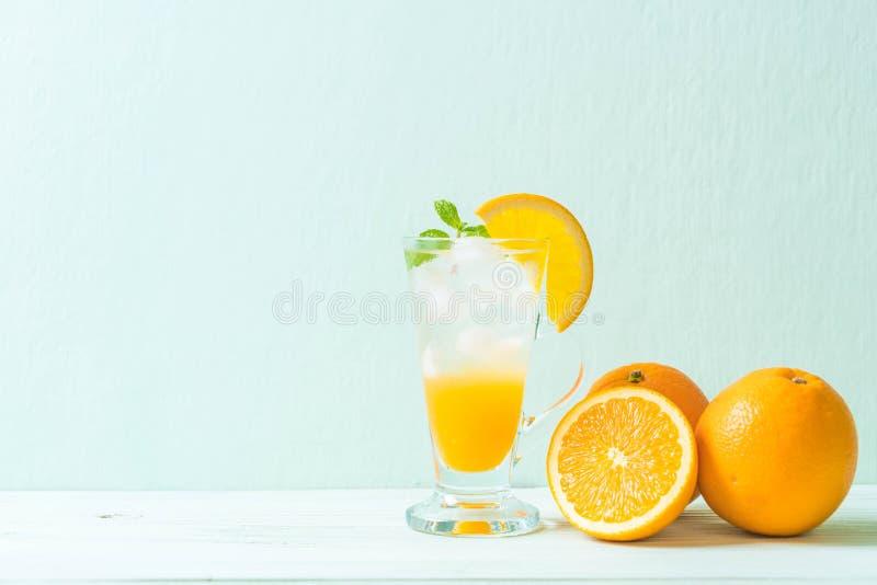 orange fruktsaft med sodavatten royaltyfria bilder