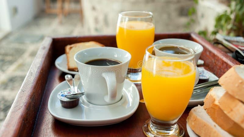 Orange fruktsaft och kaffe som en del av en kontinental frukost royaltyfria foton