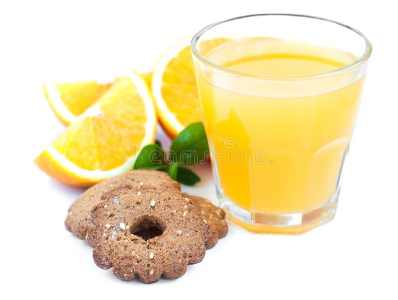 Orange fruktsaft och kakor arkivfoto