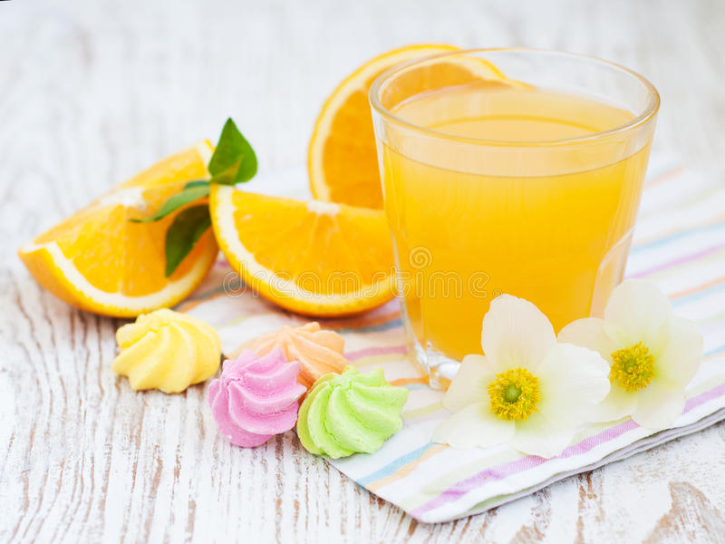 Orange fruktsaft och kakor royaltyfri fotografi