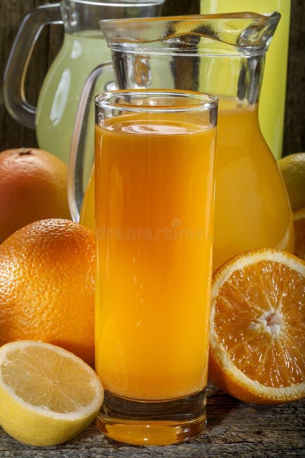 Orange fruktsaft och lemonad royaltyfria bilder