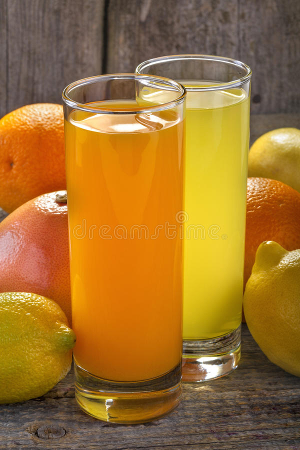 Orange fruktsaft och lemonad arkivfoton