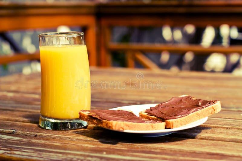 Orange fruktsaft och nutella royaltyfria foton