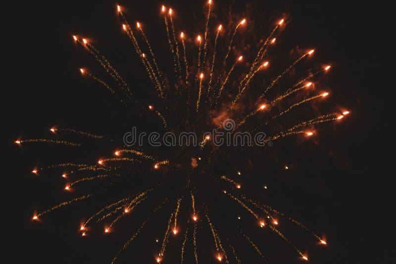 Orange fyrverkerier på en mörk natt royaltyfri bild