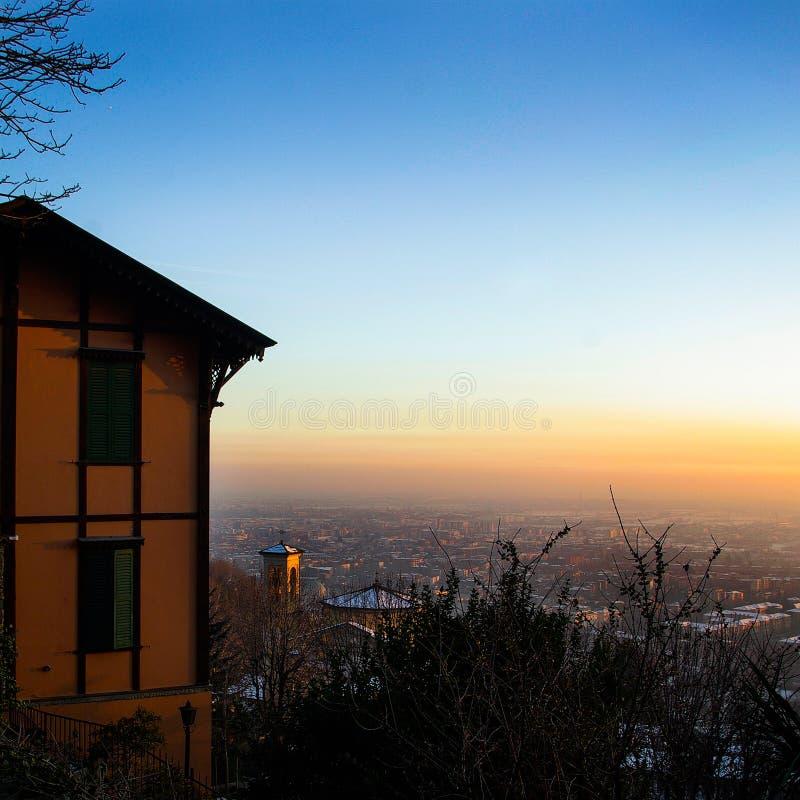 Orange Gebäude auf dem Hügelstadt scape im Hintergrund lizenzfreie stockfotos