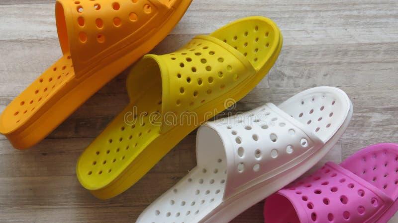 Orange, gelbe, weiße und rosa Duschsandalen/Bad-Pantoffel schnell trocknend stockfotografie