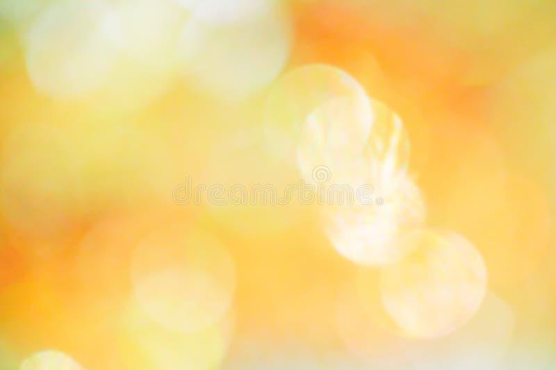 Orange, gelbes und weißes bokeh Licht Abstrakt oder vom hellen Funkeln verwischt Glühenbeschaffenheitshintergrund stockfoto