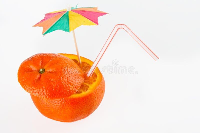 Orange geschnittenes offenes mit Stroh zum Getränk stockfotos