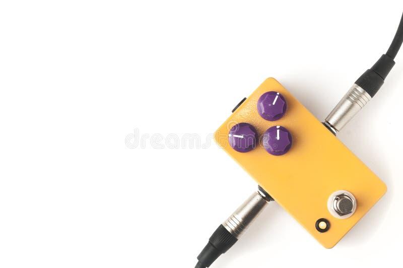 Orange Gitarrenpedaleffekt auf weißen Hintergrund stockfoto