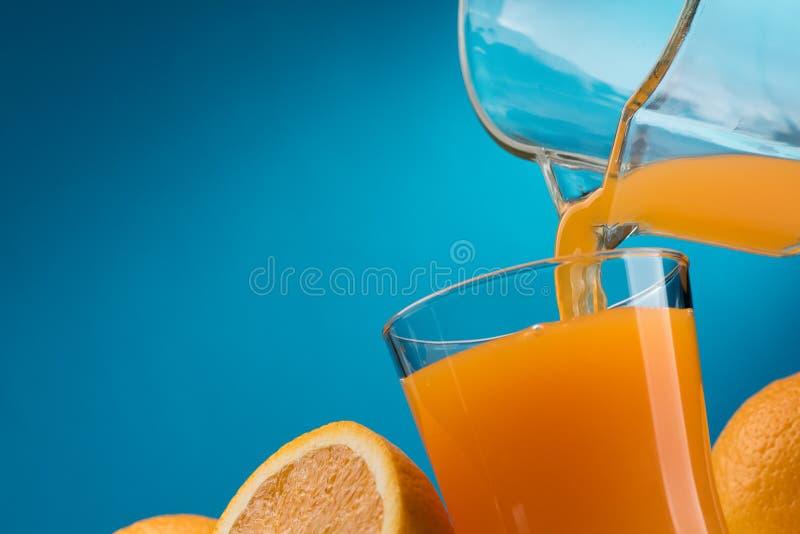 orange hälla för glass fruktsaft arkivbilder