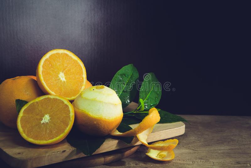 Orange halva ett blad arkivbilder