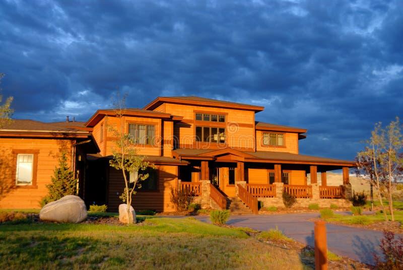 Orange Haus mit bewölktem Himmel stockfotografie