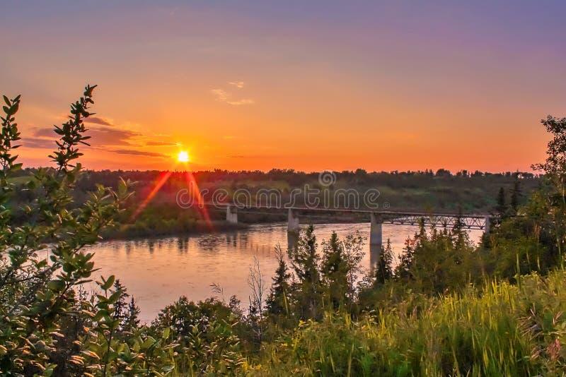 Orange Himmel über dem River Valley stockfotos