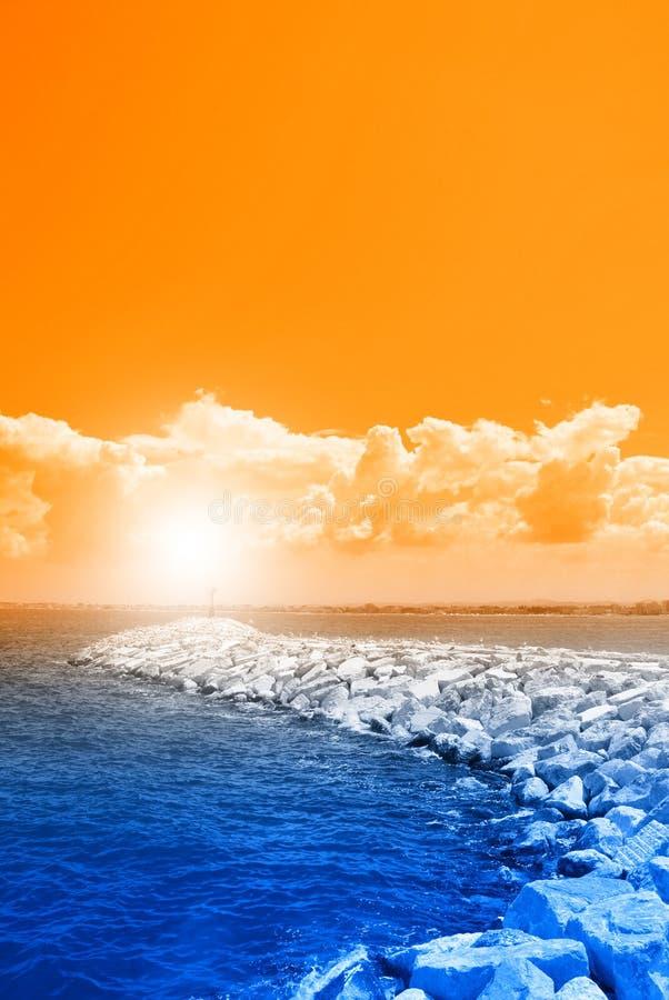 Orange Himmel über den Felsen lizenzfreie stockfotografie
