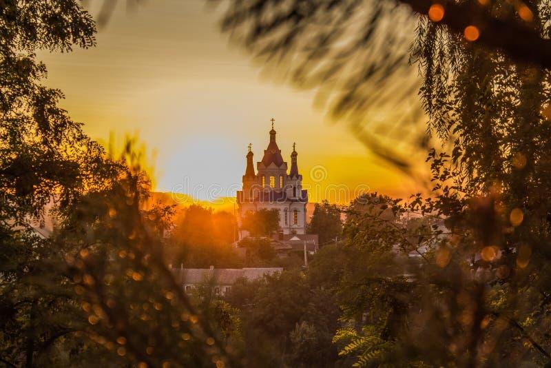 Orange Himmel des Sonnenuntergangs und alte Kirche lizenzfreie stockfotografie