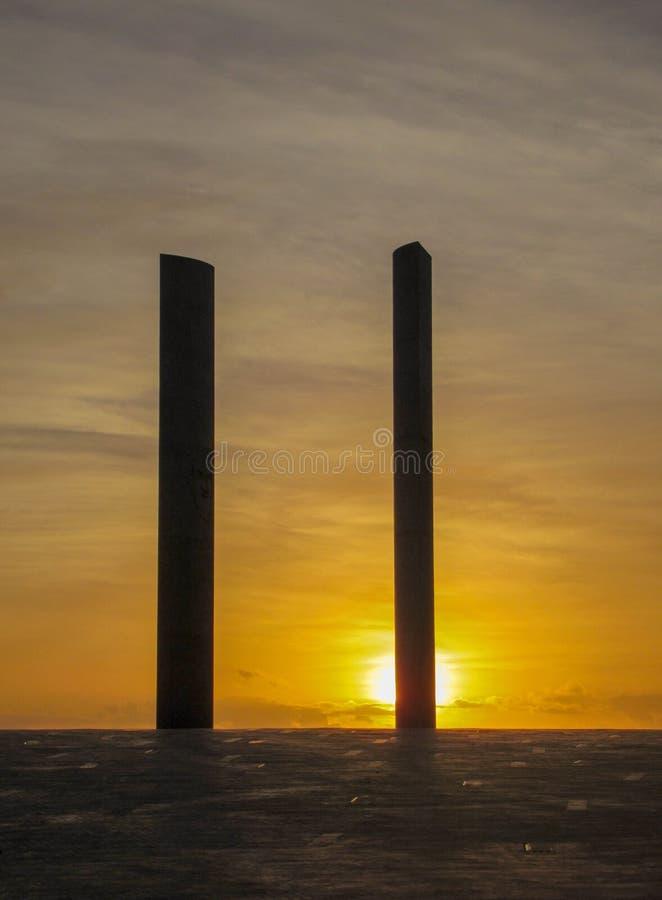 Orange himmel på solnedgången: Kolonnkontur arkivbild