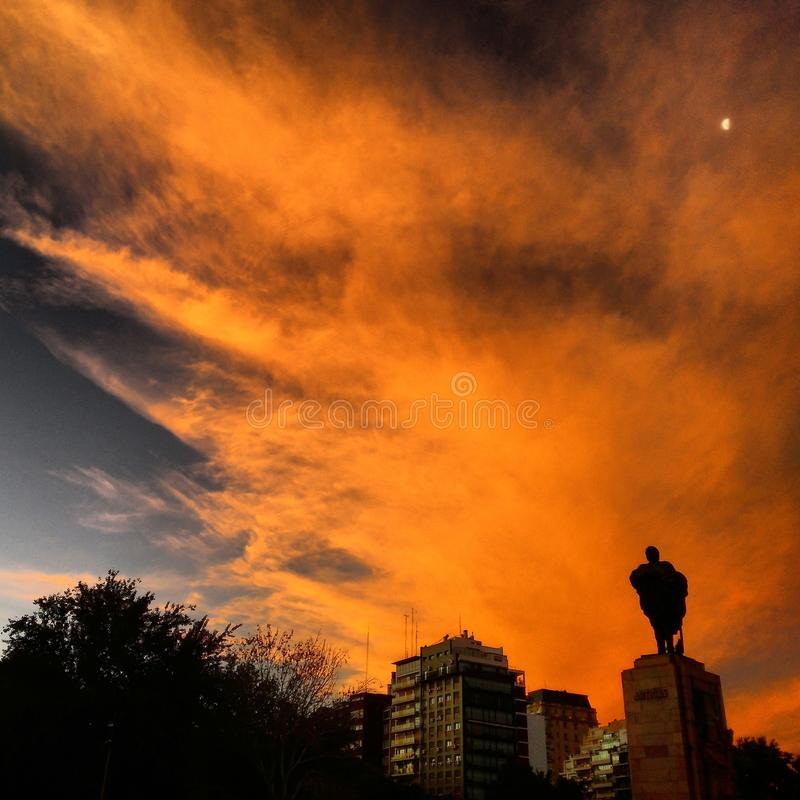 Orange Himmel-u. Statuen-Schattenbild stockfoto