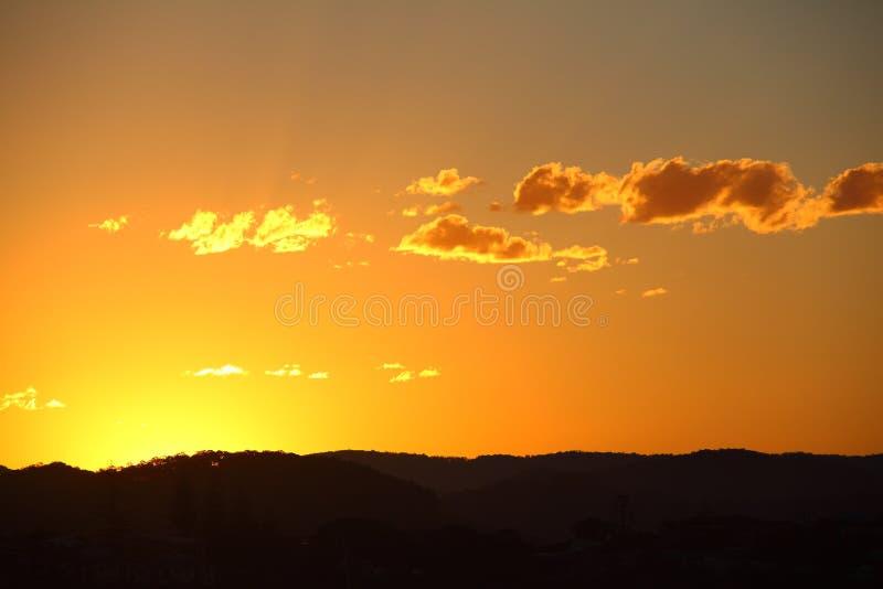 Orange himmelbygdsolnedgång  royaltyfri bild