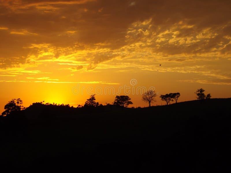 Orange himmellinje på soluppgångbygd arkivfoto