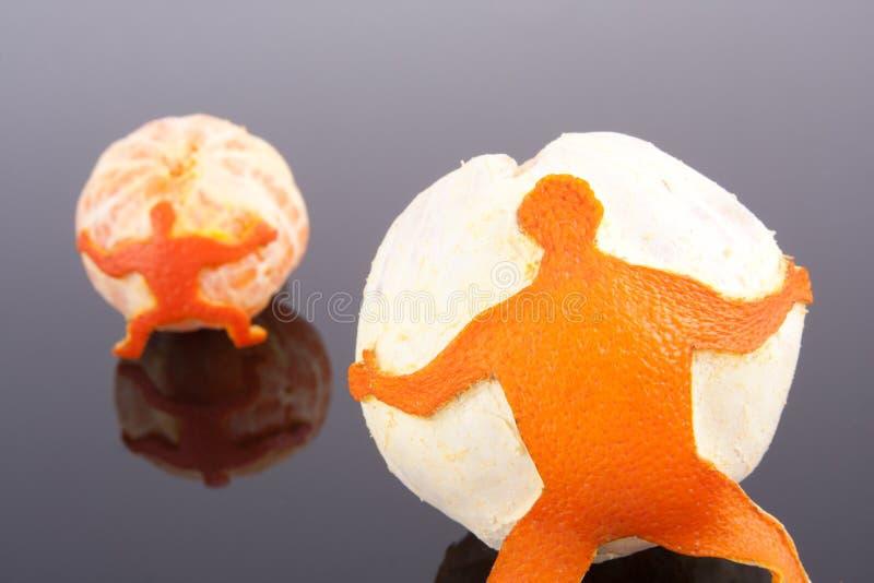 orange holdingmandarinmän royaltyfri fotografi