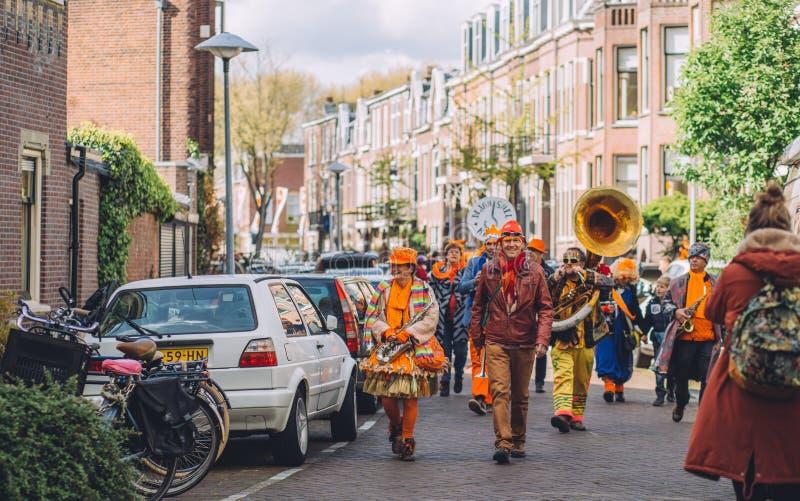 Orange holländsk musikband under festligheten för dag för konung` s, gatafestival royaltyfri bild