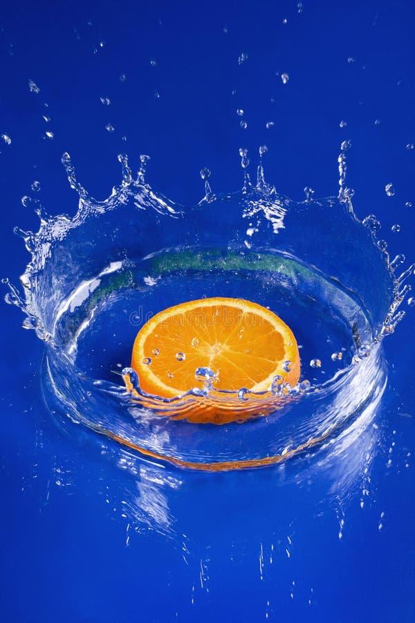 Orange i vatten royaltyfria bilder