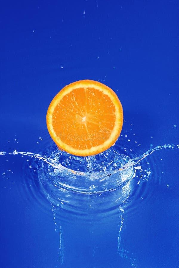 Orange i vatten arkivbilder