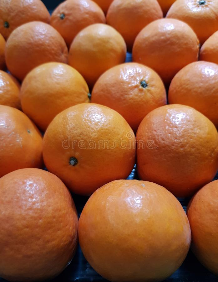 Orange ist eine Frucht, die wertvoll und für Gesundheit gut ist Es hat hohes Vitamin C stockbilder