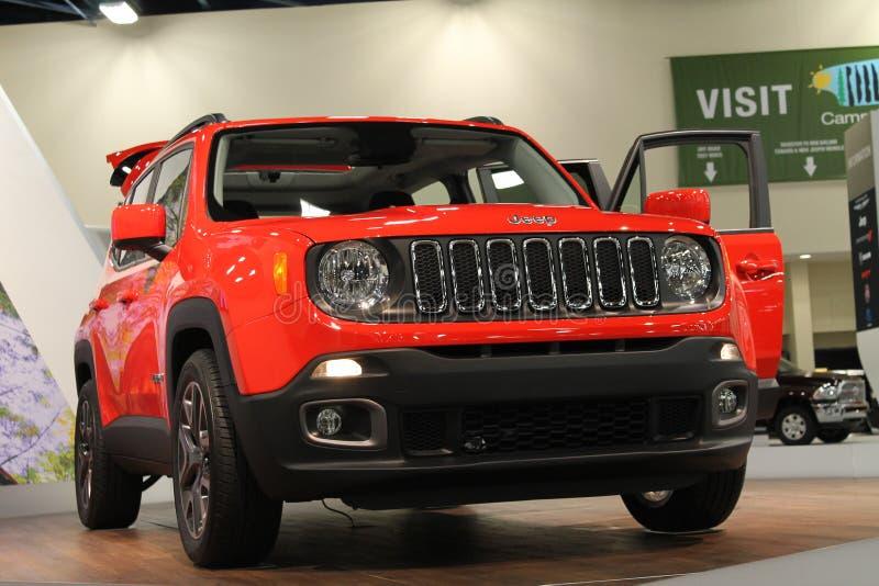 Orange Jeep Renegade på ställning royaltyfri bild
