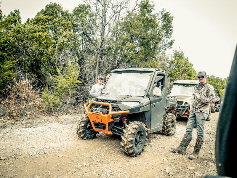 Orange Jeep Rock Crawling royaltyfri fotografi